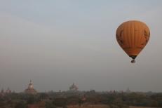 Bagan, lever de soleil, montgolfière