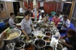 Buffet Birman dans une gargote de rue à Hpa-An