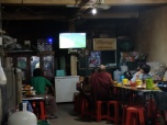 Scène nocturne: un mode regarde le match de foot